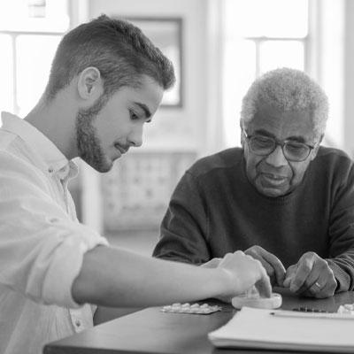 FUNDACION-RESPONSABILIDAD-SOCIAL-EMPRESARIAL-BRAINIAK-ancianos